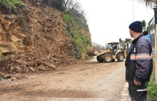 Bodrum'da Karayoluna Kayalar Düştü. Yol Kapandı