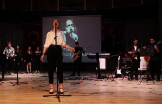 BODRUM'DA LİSELİLER BARIŞ MANÇO'YU ŞARKILARIYLA...