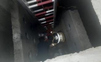 Kanalizasyon Çukuruna Düşen İşçiyi İtfaiye Kurtardı
