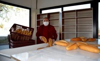 Muğla'da Bir Gazeteci Evdeki Vatandaşlara Ücretsiz Ekmek Dağıttı