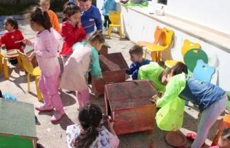 Bodrum'da Kediler için Yaptırılan Kulübeleri Çocuklar Boyadı