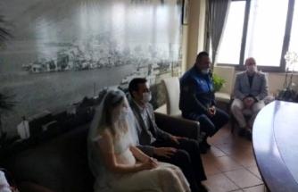 Marmaris'te Evlenen Çift 65 Yaş Üstü Akrabalarını Ziyarete Gitti