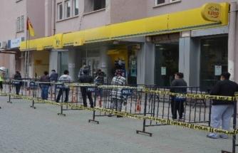 """Ortaca'da Polis """"Sosyal Mesafe"""" için Bariyer Kurdu"""