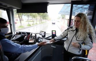 Otobüslerde Vatandaşa Maske Dağıtılıyor