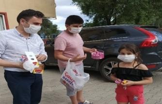 AK Parti İlçe Başkanı Çocuklara Bayram Çikolatası Dağıttı