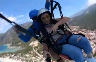 Fethiye'de, Sağlık Çalışanları Yamaç Paraşütü Yaptı