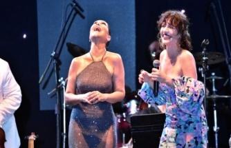 Hülya Avşar ve Gonca Vuslateri Konserde Karşılıklı Göbek Attı