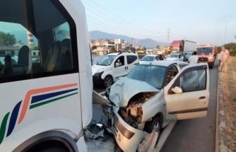 Fethiye'de Otomobil Yolcu Minibüsüne Çarptı: 7 Kişi Yaralı