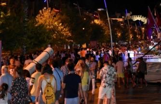 Marmaris'te Vatandaşlar Gece Gündüz Denizden Vazçemedi