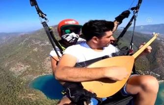 Yamaç Paraşütüyle Atlayan Polis Gökyüzünde Saz Çalıp Türkü Söyledi