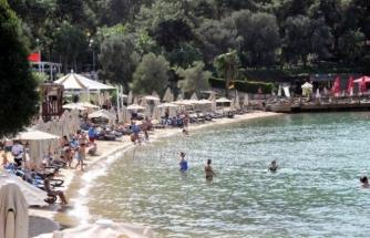 Bodrum'da Turistler Sıcak Havayla Denizin Tadını Çıkarttı