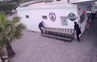 Halı Sahada Bir Şey Bulamayan Hırsızlar Merdiveni Çaldı