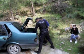 Fethiye'de Sokağa Çıkan Genç, Polisi Görünce Kız Arkadaşını Araçta Bırakıp Dağa Kaçtı