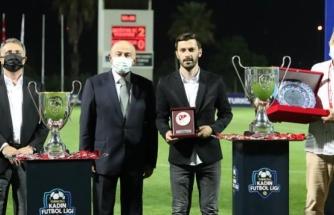 Kadın Futbolculara Yarı Çıplak Haldeyken Şiddet Uyguladığı İleri Sürülen Mehmet Aydın, 'Yılın En İyi Teknik Direktörü' Seçildi