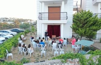 Tiyatrocu Metin Zakoğlu'nun Bodrum'daki Evinin Bahçesinde Sahnelediği Oyunlar İlgi Görüyor