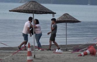 Marmaris'te Halk Plajında Bir Kadın ve Bir Erkek Birbirine Girdi!