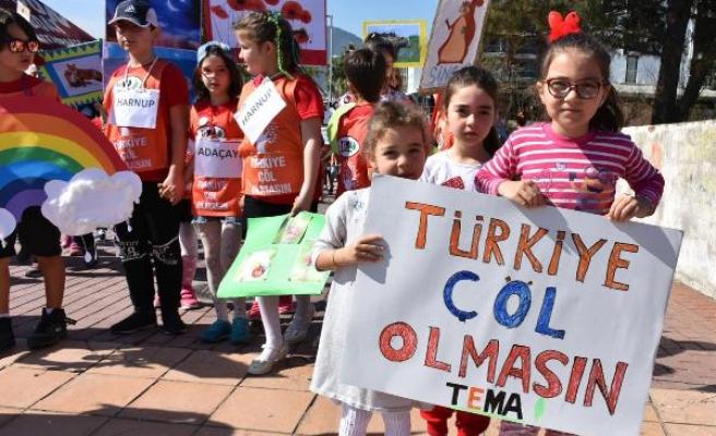 ÖĞRENCİLERİN 'TÜRKİYE ÇÖL OLMASIN'SLOGANI İLE YÜRÜYÜŞÜ