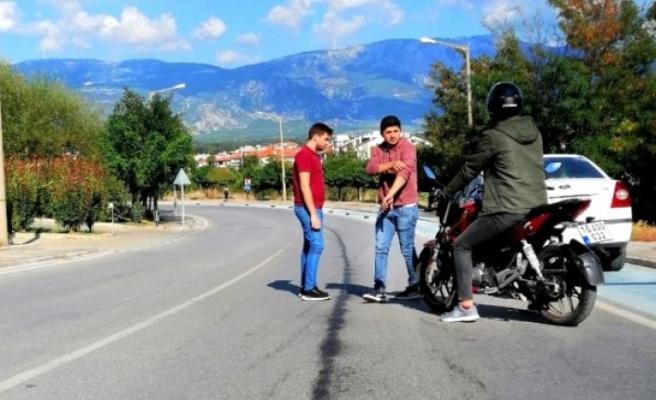 ARAÇTAN DÖKÜLEN YAĞ MOTOSİKLETİN KAZA YAPMASINA NEDEN OLDU