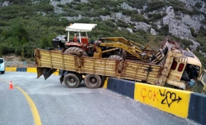 Muğla'da İş Makinesi Taşıyan Kamyon Kaza Yaptı!