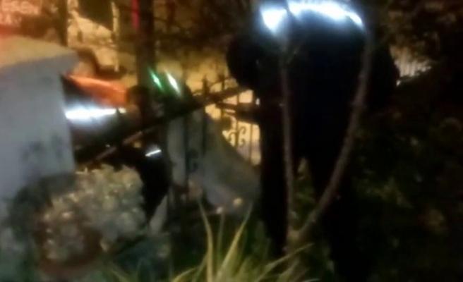 Milas'ta Korkuluklara Sıkışan Köpek Kurtarıldı