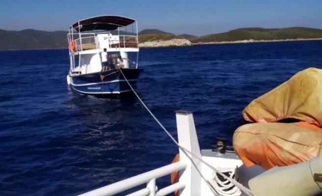 Bodrum Açıklarında, İçindeki 25 Kişiyle Sürüklenen Tekne Kurtarıldı
