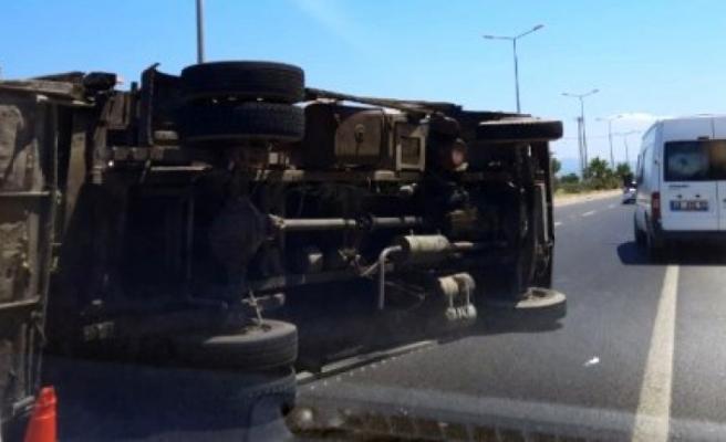 Milas'ta Çöp Kamyonu Devrildi, İki Kişi Yaralandı