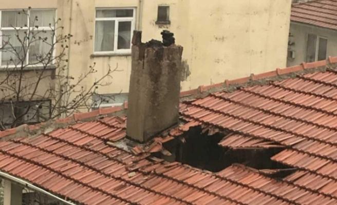 Muğla'da Rüzgarın Kopardığı Baca Çatıyı Deldi