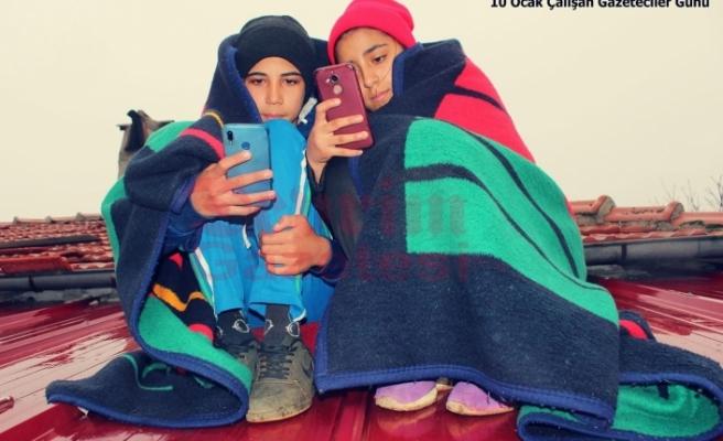 Muğla'da İki Kardeş Uzaktan Eğitim İçin Çatıya Çıkmak Zorunda Kalıyor