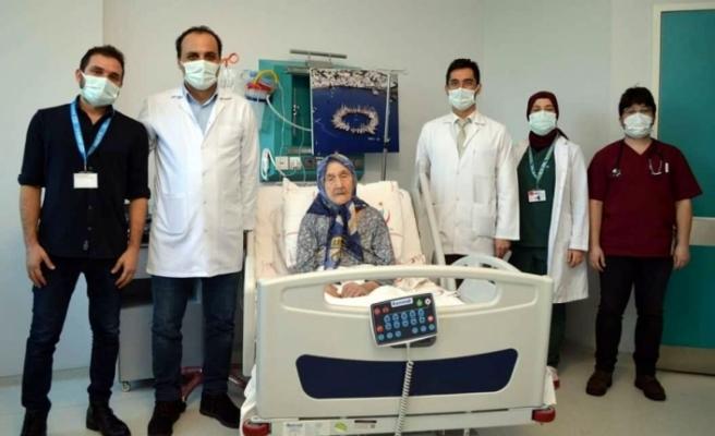 Muğla'da 98 Yaşındaki Behiye Türker Koronavirüsü Yenerek Taburcu Oldu
