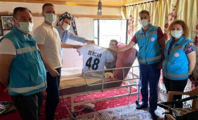 Milas Kaymakamı Böke, Fanatik Beşiktaşlı Sercan'a Forma Hediye Etti
