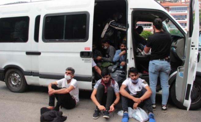 """Muğla'da Sürücüsü """"Dur"""" İhtarına Uymayan Minibüsten 34 Düzensiz Göçmen Çıktı"""