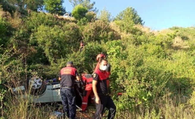 Seydikemer'de Dereye Yuvarlanan Otomobilde Sıkışan Sürücü Kurtarıldı