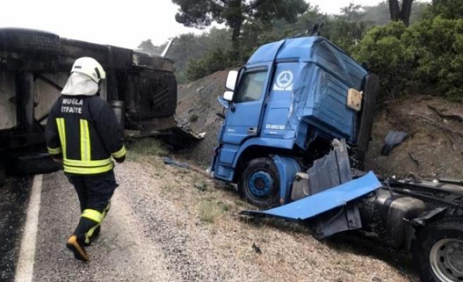 Seydikemer'de TIR ve Kamyon Kazası