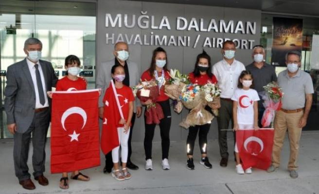 Dünya Şampiyonu Olan Muğla'nın Altın Kızı Selvi İlyasoğlu, Çiçeklerle Karşılandı