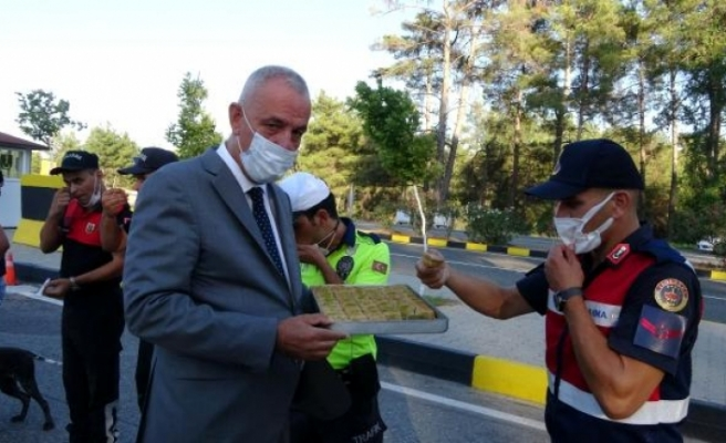 Kaymakam Aksoy'dan Görev Başındaki Kolluk Kuvvetlerine Baklava İkramı
