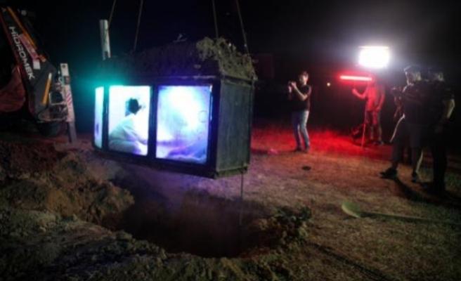 Youtuber, Takipçileri İçin Tabutla Toprak Altına Girip 6 Saat Orada Kaldı