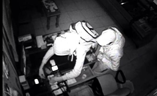 Kasaba giren hırsızlar okuma gözlüğünü bile çaldı