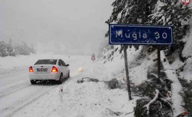 Muğla'da Karların Kapattığı Yollar Açılıyor