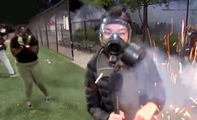 ABD'de Polisin Attığı Ses Bombası Kadın Muhabire İsabet Etti!