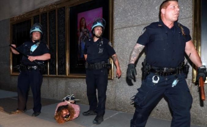 ABD'deki İç Savaş Şiddetleniyor, Göstericiler Polisleri Öldürmeye Başladı!