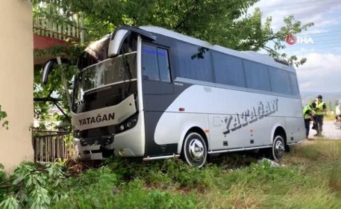 Yatağan'a Giden Yolcu Otobüsü Isparta'da Minibüs Evin Bahçesine Daldı