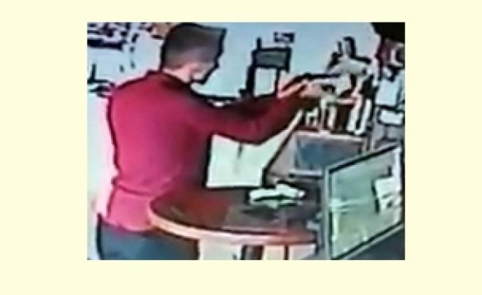 Bodrum'da Bahşiş Kutusundan Yapılan Hırsızlık Görüntülendi