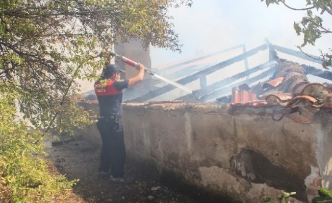 Menteşe'deki Ev Yangını Mahalleyi Dumanlar Altında Bıraktı