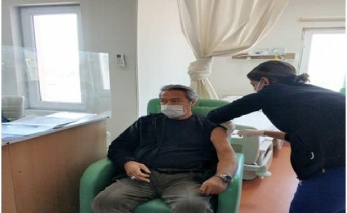 Kadir İnanır, Dalaman Devlet Hastanesi'nde Koronavirüs Aşısı Oldu