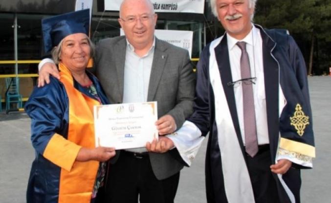 Menteşe Belediye Başkanı Bahattin Gümüş, Öğretmenine Diploma Verdi