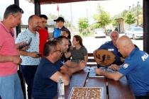 MUĞLA'DA POLİSLER TATİLCİLERE UT ÇALIP ŞEKER İKRAM ETTİ