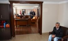 MARMARİS'TE BAŞKAN DEDEKTÖRLERİ KALDIRTTI, MAKAM KAPISINI AÇTI