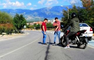ARAÇTAN DÖKÜLEN YAĞ MOTOSİKLETİN KAZA YAPMASINA...