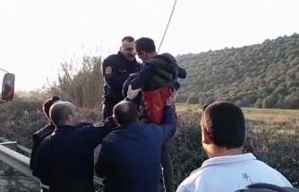 Kanala Uçan Aracın Üzerinde Mahsur Kaldı!